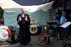 Pfarrer-Jaeger-beim-Gottesdienst-Sailing
